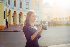 Молодая красивая женщина в городе с цифровой фотокамера стоковая фотография rf