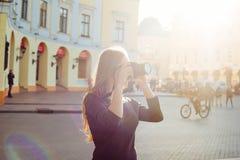 Молодая красивая женщина в городе с цифровой фотокамера стоковое фото