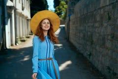Молодая красивая женщина в голубом платье в переулке в городе Стоковые Изображения RF