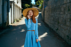 Молодая красивая женщина в голубом платье в переулке лета в городе Стоковые Фотографии RF