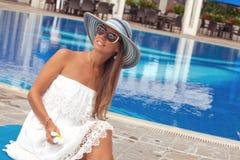 Молодая, красивая женщина в курорте Стоковое Изображение RF