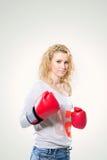 Молодая красивая женщина в перчатках бокса на белой предпосылке Стоковые Изображения