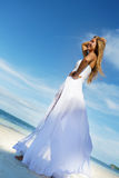 Молодая красивая женщина в платье свадьбы на тропическом пляже стоковое изображение