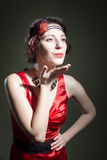 Молодая красивая женщина в ретро введенном в моду красном платье Стоковые Фотографии RF