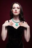 Молодая красивая женщина в черном платье с зеленым цветом фисташки Стоковое фото RF