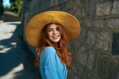 Молодая красивая женщина в шляпе в переулке в городе Стоковая Фотография RF