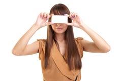 Молодая красивая женщина держа визитную карточку Стоковая Фотография RF