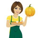 Молодая красивая женщина держа свеже испеченный домодельный пирог тыквы иллюстрация вектора