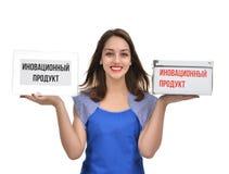 Молодая красивая женщина держа сравнивать 2 пустых коробки счастливый sm Стоковая Фотография RF