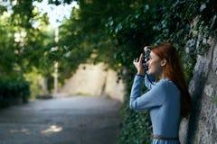 Молодая красивая женщина делает фото на камере в переулке в городе Стоковые Изображения RF