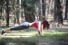 Молодая красивая женщина делая протягивающ тренировку стоковое изображение rf