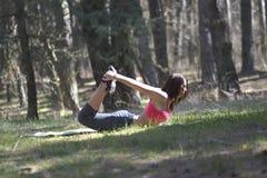 Молодая красивая женщина делая протягивающ тренировку стоковая фотография