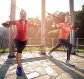 Молодая красивая женщина делая тренировку фитнеса с ремнями подвеса Стоковое Изображение
