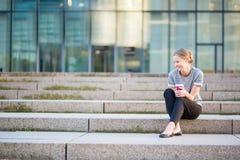Молодая красивая женщина имея ее перерыв на чашку кофе Стоковое Изображение