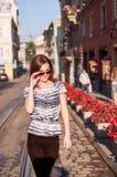 Молодая красивая женщина идя в городок утра Стоковое фото RF