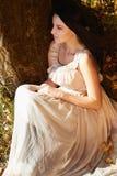 Молодая красивая женщина идя в лес осени Стоковое Изображение