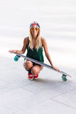 Молодая красивая женщина конькобежца смотря усмехаться камеры Стоковые Изображения