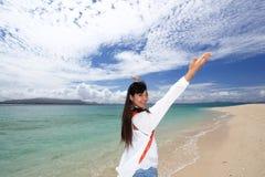 Молодая красивая женщина наслаждаясь солнцем на пляже стоковая фотография rf
