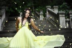 Молодая красивая женщина на лестницах Стоковые Изображения