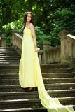 Молодая красивая женщина на лестницах Стоковые Изображения RF