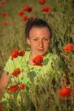 Молодая красивая женщина на поле хлопьев в лете стоковое изображение