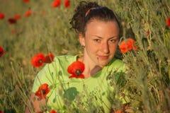 Молодая красивая женщина на поле хлопьев в лете стоковые фотографии rf
