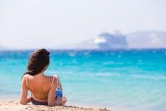Молодая красивая женщина на пляже во время тропических каникул Девушка наслаждается ее wekeend на одном из красивых пляжей внутри стоковое фото rf