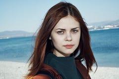 Молодая красивая женщина на пляже около моря, портрет, осень стоковая фотография rf