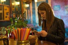 Молодая красивая женщина ослабляет в ночном клубе Стоковое Изображение