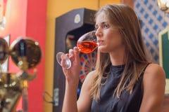 Молодая красивая женщина ослабляет в ночном клубе Стоковые Фото