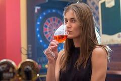 Молодая красивая женщина ослабляет в ночном клубе Стоковые Изображения RF