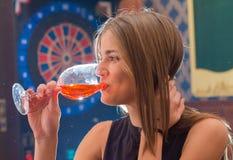Молодая красивая женщина ослабляет в ночном клубе Стоковая Фотография