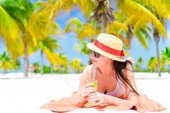 Молодая красивая женщина ослабляет с коктеилем на белом тропическом пляже Стоковая Фотография RF