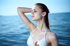 Молодая красивая женщина отдыхает на море, океане, пляже, каникулах Стоковое Изображение RF