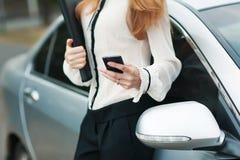 Молодая красивая женщина пишет SMS Стоковые Изображения RF