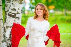 Молодая красивая женщина представляя в парке Стоковые Изображения RF
