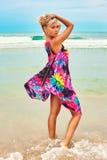 Молодая красивая женщина представляя в пейзаже моря Стоковое Изображение