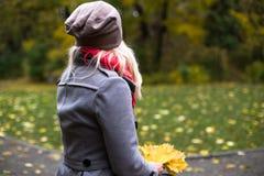 Молодая красивая женщина представляя снаружи на времени падения Стоковое Фото