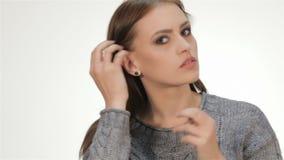 Молодая красивая женщина прихорашивается видеоматериал