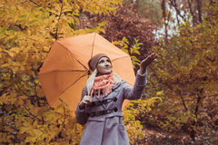 Молодая красивая женщина при зонтик представляя снаружи на времени падения Стоковые Фотографии RF