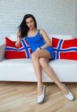 Молодая красивая женщина при длиной тонкие ноги представляя, нося модное платье брюнет Стоковое Изображение RF