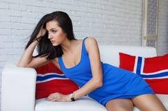 Молодая красивая женщина при длиной тонкие ноги представляя, нося модное платье брюнет Стоковые Фото