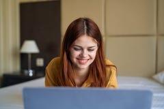 Молодая красивая женщина работая на компьютере дома Стоковое Изображение RF