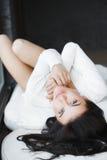 Молодая красивая женщина сидя на кресле на ее комнате Стоковое Изображение