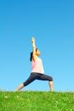 Молодая красивая женщина смешанной гонки делая йогу Стоковое Изображение RF