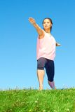 Молодая красивая женщина смешанной гонки делая йогу Стоковое Фото
