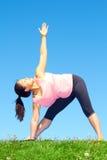 Молодая красивая женщина смешанной гонки делая йогу Стоковые Фото