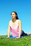 Молодая красивая женщина смешанной гонки делая йогу Стоковая Фотография RF