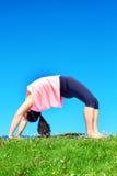 Молодая красивая женщина смешанной гонки делая йогу Стоковые Изображения