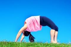 Молодая красивая женщина смешанной гонки делая йогу Стоковое Изображение